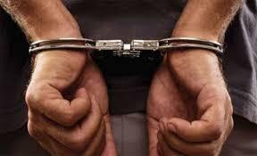 صورة القبض على مطلوب خطير مسجل بحقه 13 طلبا في منطقة غور فيفا