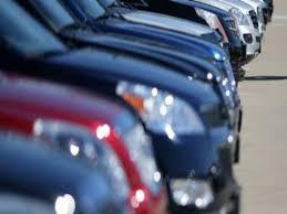 صورة سيارات رسمية معطلة تصطف امام مؤسساتها الحكومية منذ وقت طويل
