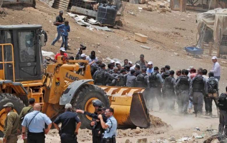 صورة هدوء حذر في الخان الأحمر بعد هدم الاحتلال 5 منازل متنقلة