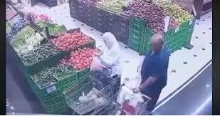 صورة القبض على شخص قام بمغافلة احدى السيدات وسرق محفظتها داخل مول في عمان