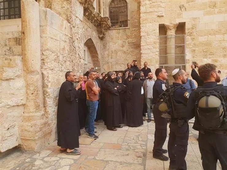 صورة قوات الاحتلال تعتدي على الرهبان في ساحة كنيسة القيامة بالقدس