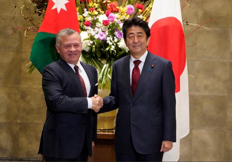 صورة الملك يعقد مباحثات مع رئيس الوزراء الياباني شينزو آبي (صور)