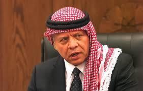 صورة الملك يقدم واجب العزاء بوفاة الشيخ سلطان العدوان في المدينة الرياضية