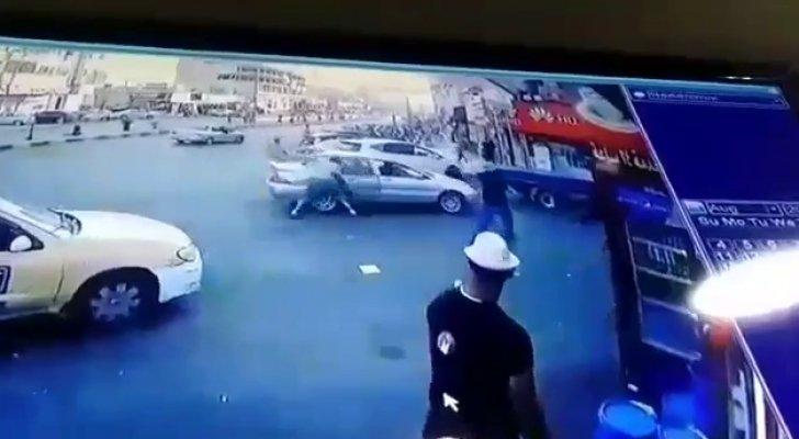 صورة بالفيديو .. مواطن يطعن شخصين داخل مركبتهم في الزرقاء