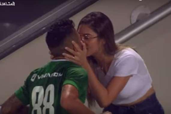 صورة بالفيديو : قرار صادم من الحكم تجاه لاعب احتفل بقبلة حارة بعد إحرازه هدفًا