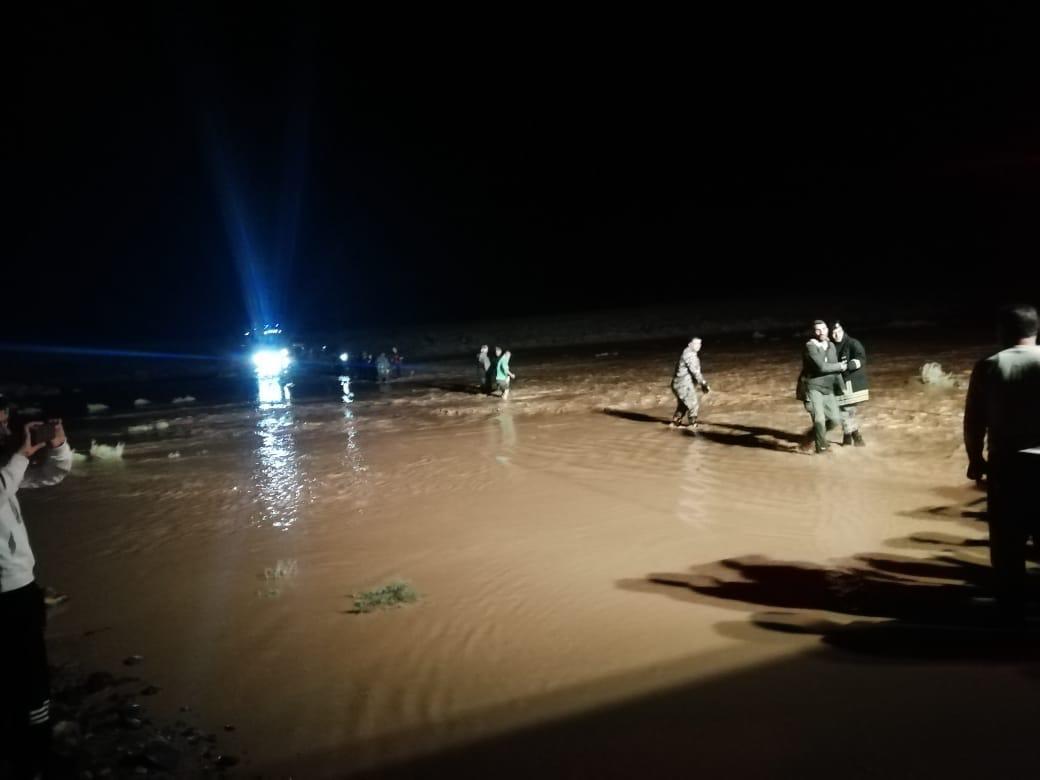 صورة الامن يخلي مجموعة من المواطنين حاصرتهم السيول في تل حسان